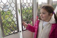 Bambina nella cabina della ruota di ferris Fotografie Stock