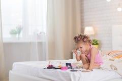Bambina nella camera da letto fotografia stock