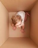 Bambina nella casella Fotografie Stock Libere da Diritti
