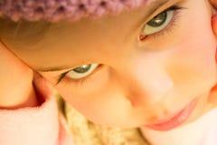 Bambina nella fine dentellare del cappello del Crochet in su Fotografia Stock Libera da Diritti