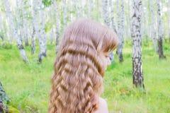 Bambina nella foresta immagini stock