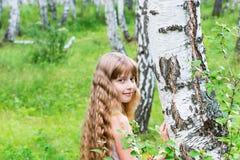 Bambina nella foresta fotografia stock libera da diritti