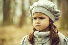 Bambina nella foresta di autunno immagine stock