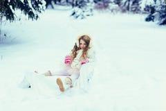 Bambina nella foresta di inverno fotografia stock