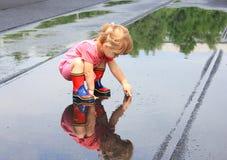 bambina nella pioggia Fotografia Stock