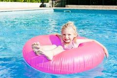 Bambina nella piscina Fotografie Stock
