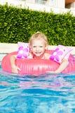 Bambina nella piscina Fotografia Stock Libera da Diritti