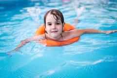 Bambina nella piscina con l'anello del galleggiante immagini stock libere da diritti