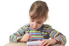 Bambina nella pittura multicolore della camicia immagini stock libere da diritti