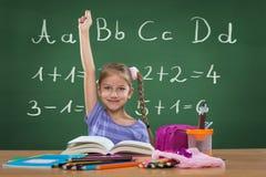 Bambina nella scuola e dietro le lettere del piatto immagini stock
