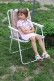 Bambina nella sedia di giardino Fotografia Stock Libera da Diritti