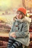 Bambina nella sosta di autunno Fotografie Stock Libere da Diritti