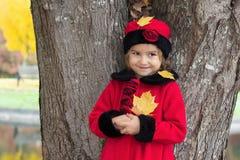 Bambina nella sosta di autunno Fotografie Stock