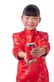 Bambina orientale che tiene una bevanda Fotografie Stock