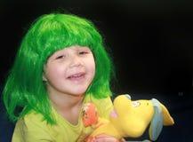 Bambina in parrucca verde immagine stock libera da diritti