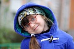 Bambina piacevole in cappotto del ofblue del cappuccio Fotografie Stock Libere da Diritti