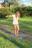 Bambina in pozza fangosa Fotografia Stock Libera da Diritti