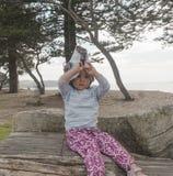 Bambina premurosa in un grande cappello a tesa larga fotografia stock libera da diritti