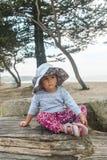 Bambina premurosa in un grande cappello a tesa larga fotografie stock libere da diritti