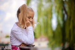 Bambina premurosa in vestito rosa Immagine Stock