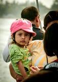 Bambina presa tramite sua madre Immagine Stock