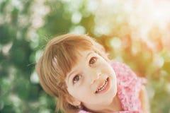 Bambina, sguardo, sorriso, famiglia, speranza, gioia, ritratto, stile di vita, annata Immagini Stock