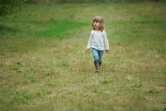Bambina sola sveglia in parco immagine stock
