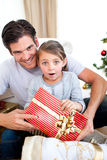 Bambina sorpresa che tiene un regalo di Natale Fotografia Stock Libera da Diritti