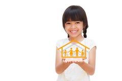 Bambina sorridente che mostra sul simbolo della famiglia Fotografie Stock