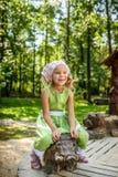Bambina sorridente che oscilla sul maiale di legno Fotografia Stock