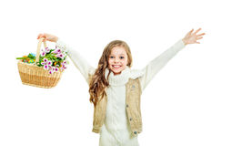 Bambina sorridente con il canestro pieno delle uova di Pasqua variopinte Fotografia Stock Libera da Diritti