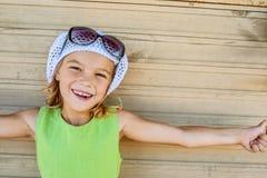 Bambina sorridente con il cappello e gli occhiali da sole Fotografie Stock