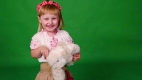 Bambina sorridente con il coniglio della peluche stock footage