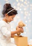 Bambina sorridente con il contenitore di regalo immagine stock