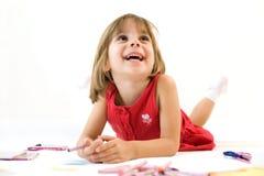 Bambina sorridente con un pastello Fotografie Stock Libere da Diritti
