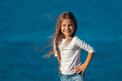 Bambina sorridente felice adorabile sulla spiaggia Immagini Stock Libere da Diritti
