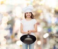 Bambina sorridente in maglietta in bianco bianca Fotografie Stock Libere da Diritti