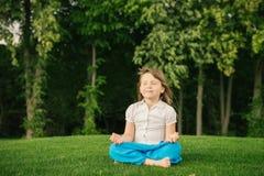 Bambina sorridente nella posizione di loto Fotografia Stock Libera da Diritti