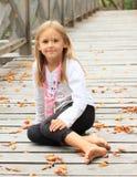 Bambina sorridente sul ponte Fotografie Stock