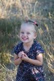 Bambina sorridente in un vestito d'annata Immagine Stock