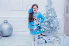 Bambina sorridente in un vestito grigio sopra Fotografie Stock