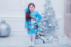 Bambina sorridente in un vestito grigio sopra Immagini Stock Libere da Diritti