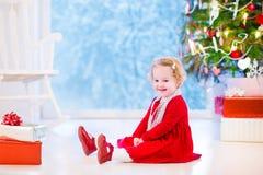 Bambina sotto l'albero di Natale Immagini Stock