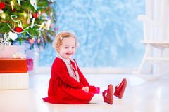 Bambina sotto l'albero di Natale Fotografia Stock Libera da Diritti