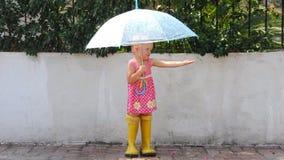 Bambina sotto la pioggia archivi video
