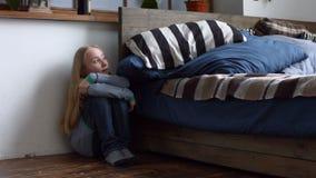 Bambina spaventata che si siede nell'angolo della sala archivi video