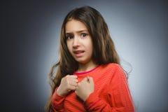 Bambina spaventata e colpita del primo piano Espressione umana del fronte di emozione Immagini Stock