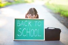 Bambina spaventata ed infelice di nuovo alla scuola Immagini Stock Libere da Diritti