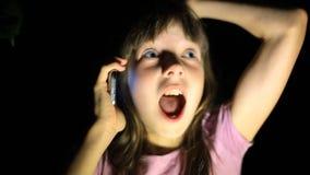Bambina spaventata, gridante e richiedente l'aiuto, provante a passare attraverso il telefono ai genitori il bambino è stato pers video d archivio