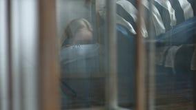 Bambina spaventata triste che si nasconde nell'angolo a casa video d archivio
